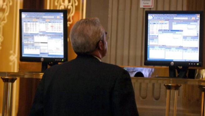 Un inversor sigue en el mercado madrileño de valores (Manuel H./Efe)