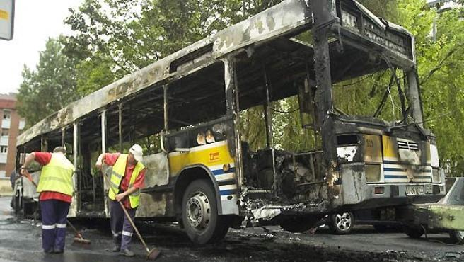 Autobus incendiado en Barakaldo. (EFE).