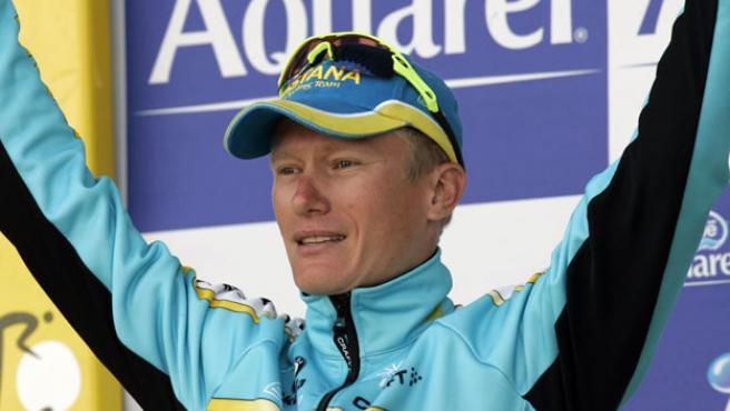 El kazako Vinokourov sonríe tras imponerse en la crono de Albi del Tour de Francia 2007. (REUTERS)