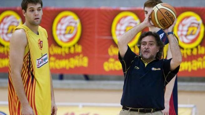 Felipe Reyes observa el balón que sostiene Pepu Hernández (EFE).