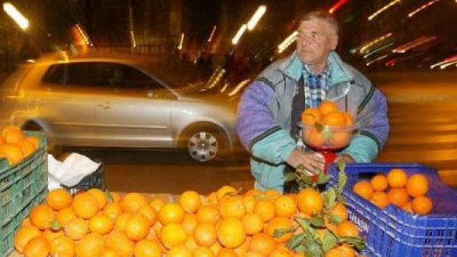 Un vendedor ambulante de naranjas en plena calle de Murcia