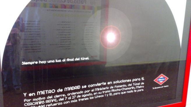 Uno de los carteles donde Metro recuerda que el cierre del 'túnel de la risa' ha sido ordenado por el Ministerio de Fomento.