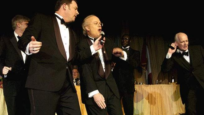 El principal asesor de la Casa Blanca, Carl Rove (en el centro), rapea como MC Rove acompañado del cómico Colin Mochrie (derecha) y Brad Sherwood (Reuters)