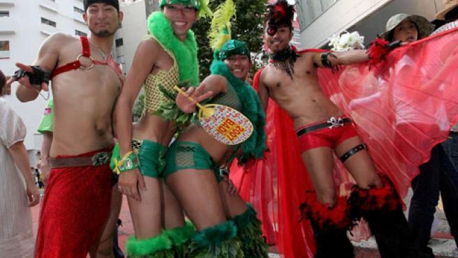 """Cuatro participantes disfrazados en el desfile del """"orgullo gay"""" en Tokio."""