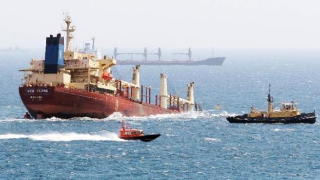 """El buque chatarrero """"New Flame"""" semihundido en la Bahía de Algeciras. A. CARRASCO RAGEL / EFE"""
