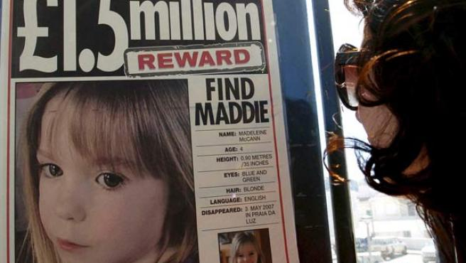 Una mujer observa un póster que ofrece una recompensa por la niña británica de 4 años Madeleine McCann (EFE/Luis Forra)