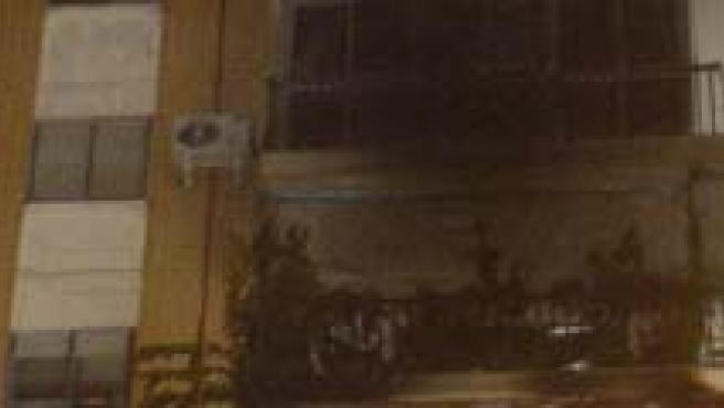 Imagen de la fachada del edificio de doce plantas que ha ardido en la localidad madrileña de Alcalá de Henares