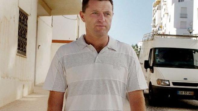 El padre de Madeleine, Gerry McCann, pasea por Aldeia da Luz en Lagos, Portugal.