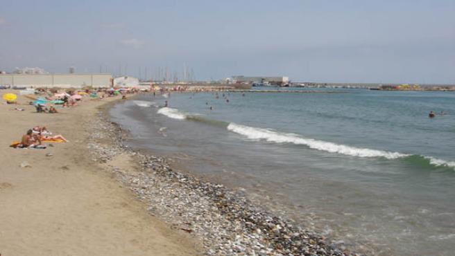 Los barcos han limpiado el agua de residuos flotantes.