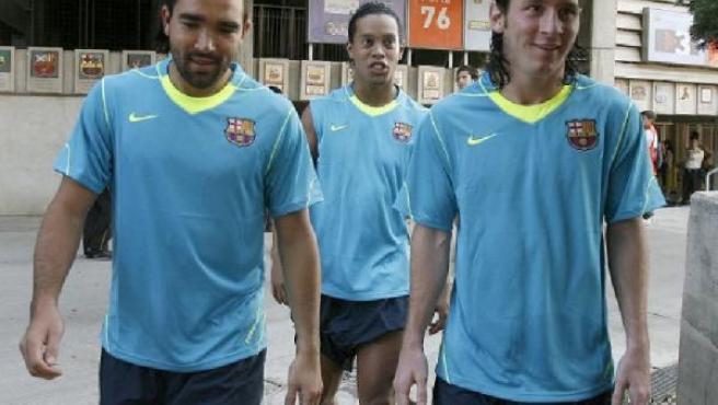 Deco, Ronaldinho y Messi se dirigen a un entrenamiento del Barça (EFE/Archivo).