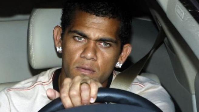 Alves abandona un entrenamiento del Sevilla (EFE).
