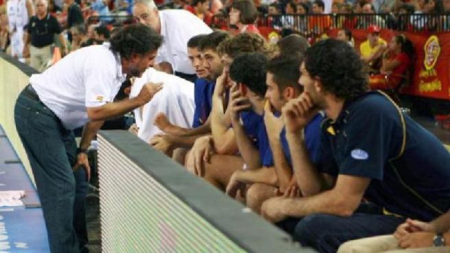 Pepu Hernández da instrucciones a varios jugadores de la selección (EFE).
