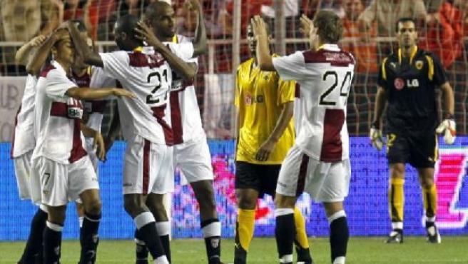 Los jugadores del Sevilla celebran el segundo ante el AEK de Atenas (EFE).