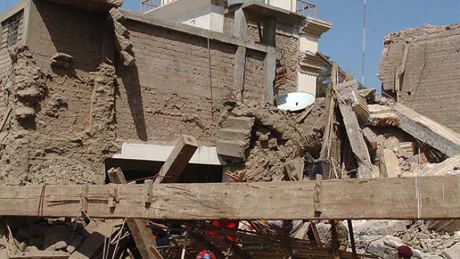 Los equipos de rescate buscan supervivientes entre los escombros de la principal iglesia de Pisco (EFE/ SERGIO URDAY)