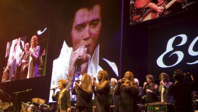 Un Elvis Presley virtual actuó en vídeo acompañado por los miembros de su banda que aún viven en el FedEx Forum de Memphis, Tennessee.