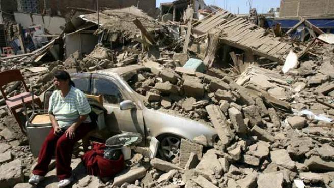 Una mujer observa la destrucción producida por el terremoto en la ciudad de Ica.