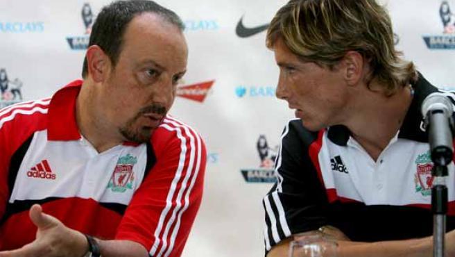Fernando Torres (dcha) conversa con Rafa Benítez (izq) durante una rueda de prensa celebrada en Hong Kong. (Efe)