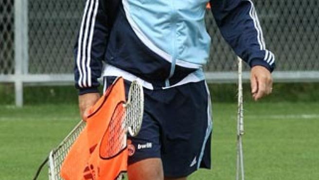 El técnico alemán del Real Madrid Bernd Schuster dirige un entrenamiento. (EFE)