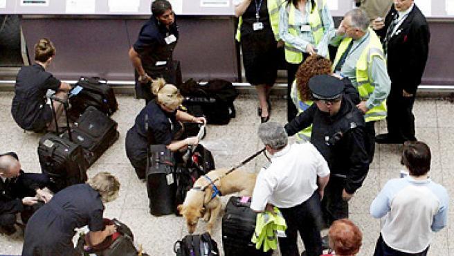 Los controles en los aeropuertos se han intensificado en los últimos años. (ARCHIVO)