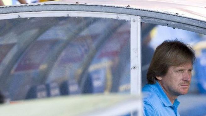 Bernd Schuster, observa a su equipo desde el banquillo (EFE).