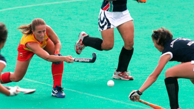 La jugadora Silvia Muñoz, capitana de la selección española de hockey sobre hierba, en acción contra Azerbaiyán en el Europeo 2007 (EFE).