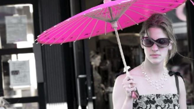 Chica con paraguas rosa forografiada por Jerry Reynolds.