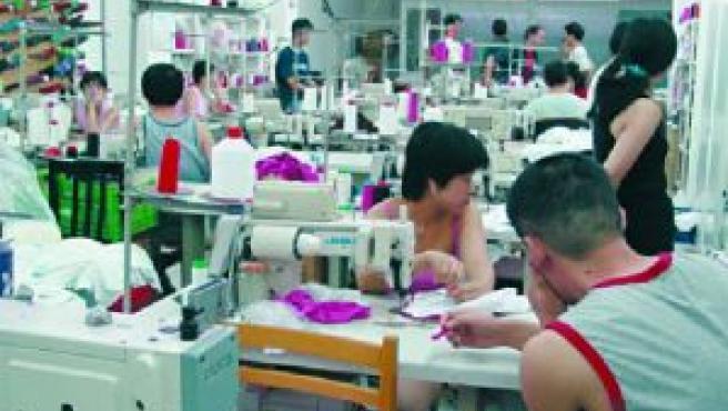 Trabajadores chinos en un taller de costura (ARCHIVO)