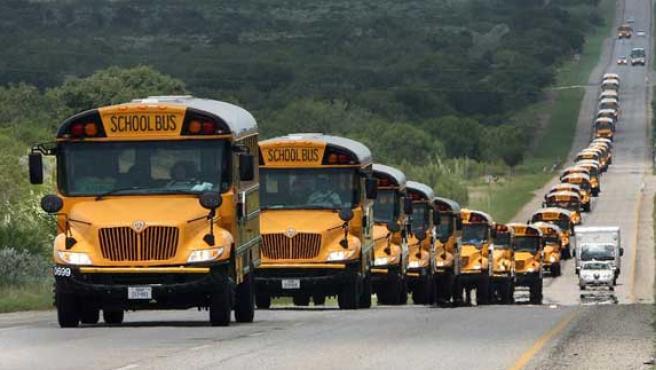Un grupo de más de 25 autobuses de varias escuelas de Austin, en Texas, transitan por la carretera 281 por si fuera necesaria la evacuación de los habitantes debido a la llegada del huracán Dean (AGENCIAS).
