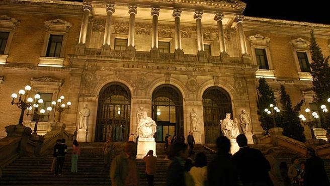 Imagen nocturna de la Biblioteca Nacional, de donde se sustrajo el documento (ARCHIVO)