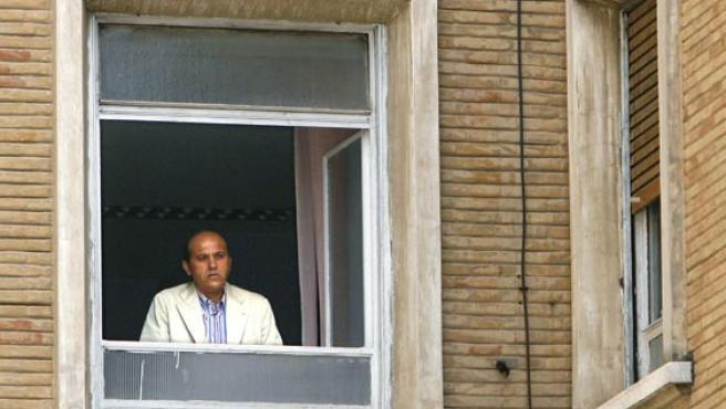 Del Nido, en la ventana del hospital donde está ingresado Puerta. (EFE)