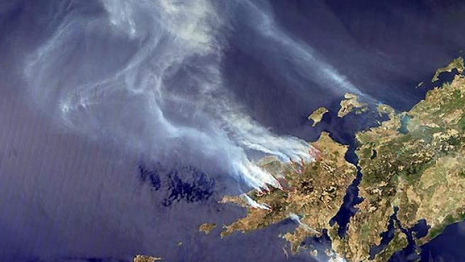 Fotografía tomada del satélite de la Nasa 'Aqua' que muestra varios incendios que arrasan las superficies forestales en la península del Peloponeso (Grecia). ( EFE / NASA).