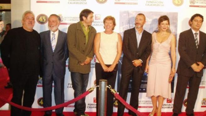 Imanol Uribe junto a la alcaldesa de Cartagena, Pilar Barreiro y los protagonistas de la película, en el estreno de 'La Carta ESférica'.