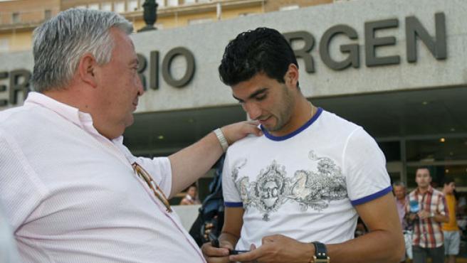El jugador del Atletico y ex sevillista José Antonio Reyes, con el representante de Puerta, Rodriguez de Moya.