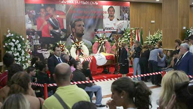 Miles de aficionados despiden al jugador Antonio Puerta. (EFE).