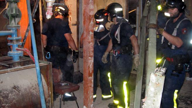 Los bomberos, junto al ascensor donde falleció el obrero