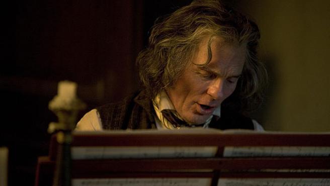Ed Harris caracterizado como el genio de Bonn en el filme Copying Beethoven.