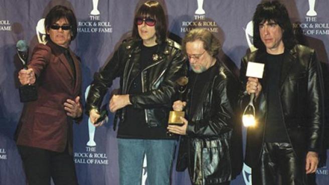 Dee Dee, Johnny, Tommy y Marky Ramone recogen su premio en 'El Salón de la Fama' de Nueva York, en 2002.