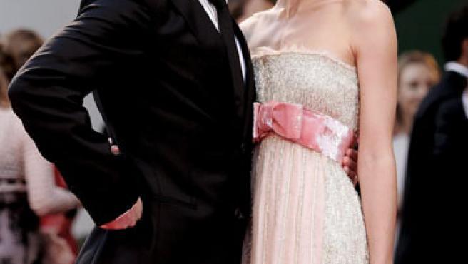 """La actriz Keira Knightley y el actor James McAvoy en la presentación de la película """"Atonement"""", en el Festival de Cine de Venecia."""