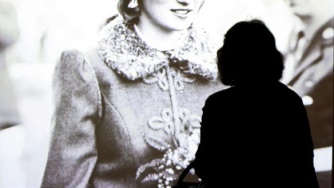 Una mujer observa en junio de 2007 la nueva exposición audiovisual que recoge la vida de la Princesa Diana de Gales en Londres.
