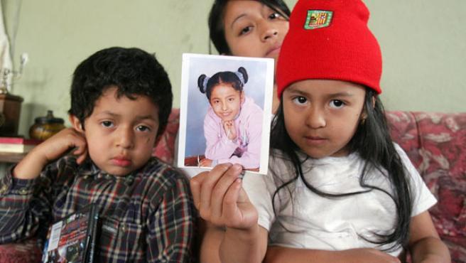 Los primos de Angélica muestran su foto desde Ecuador.