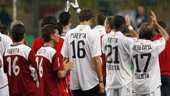 Los jugadores del Sevilla, con el nombre de su compañero fallecido Puerta en las camisetas (Efe).