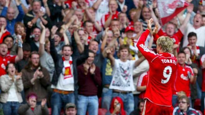 Fernando Torres comparte su alegría con el público tras marcar un gol durante el partido de Primera División de la liga inglesa de fútbol que enfrentó a su equipo contra el Derby County (Efe).