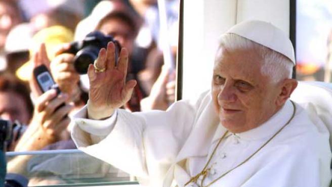 El papa Benedicto XVI saluda desde el papamóvil a los fieles antes de la misa.
