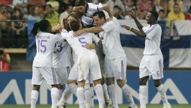 Los jugadores del Real Madrid celebran el quinto gol, de Guti. (Efe)
