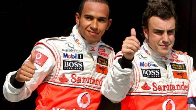 Fernando Alonso celebra la 'pole position' en Hungría junto a su compañero de equipo Lewis Hamilton (Efe).