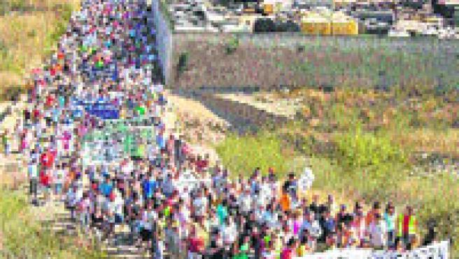 7.000 personas se manifestaron contra el proyecto de construcción de un depósito de gas en el Delta del Ebre (ACN).