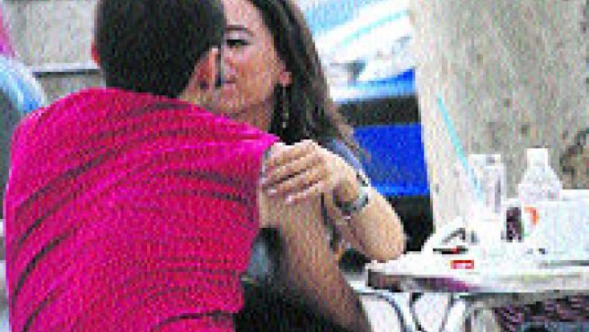 Una pareja de enamorados, en el centro de Murcia.Fernando Muñoz