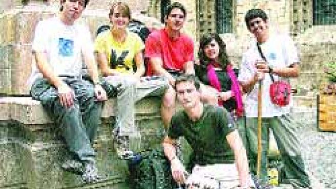 Estos jóvenes peregrinos comenzaron ayer en Bilbao el Camino de Santiago de manera tranquila.(B. Hernández)