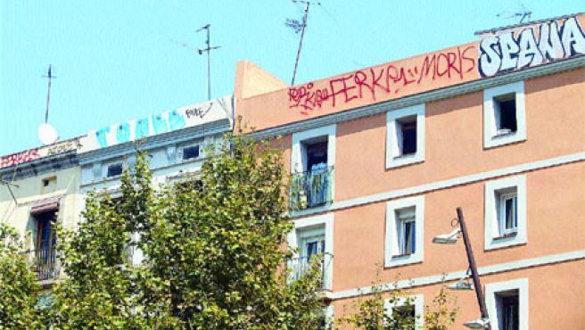 Façanes de la Rambla del Raval amb la nova modalitat de grafits pintats als terrats dels edificis (Hugo Fernández).