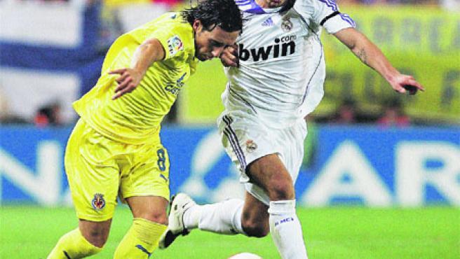 Sneijder lucha con Cazorla por el control del balón durante el partido de ayer. (Kai Fösterling / EFE)